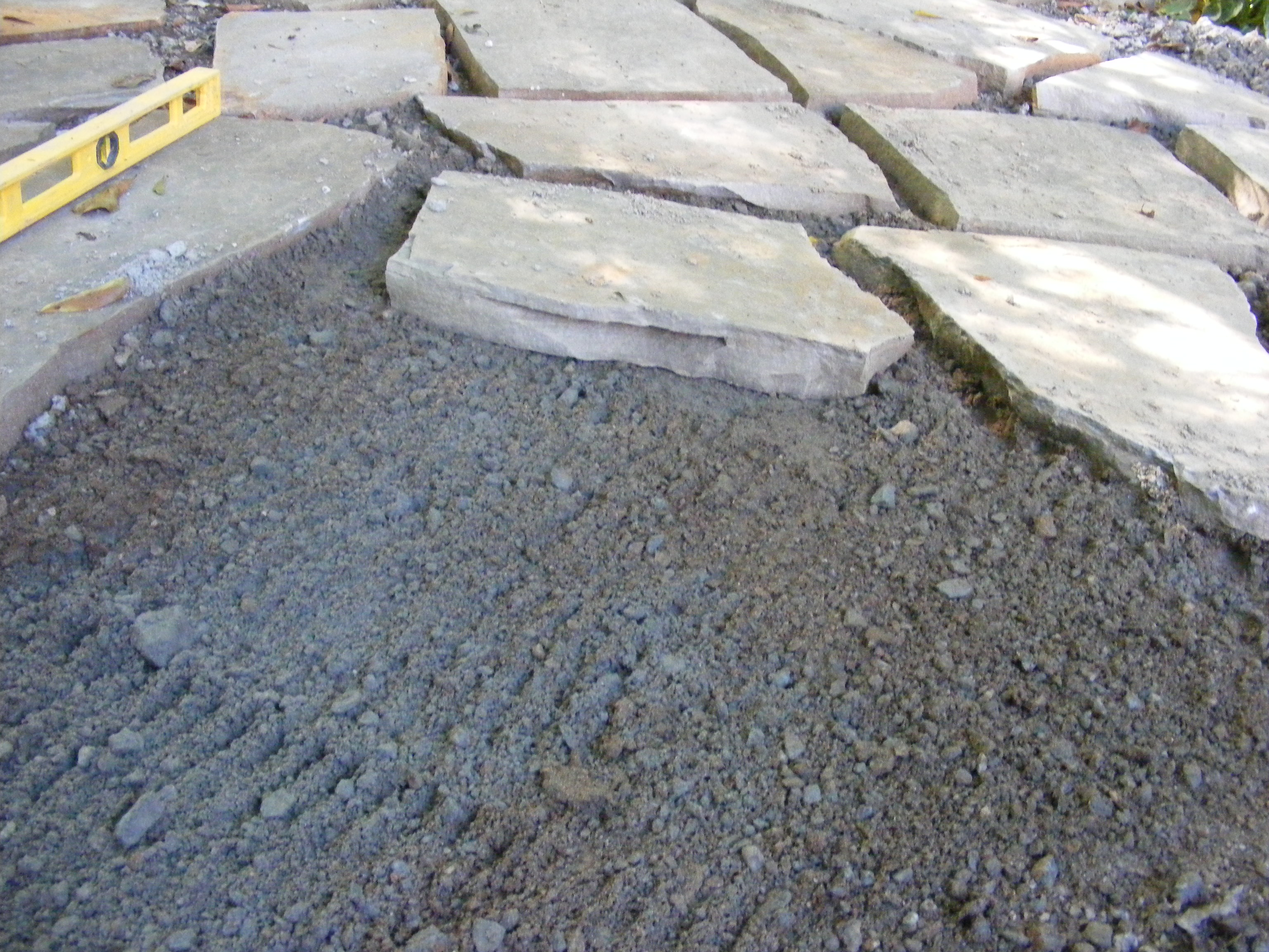 Make a flagstone patio laying down the flagstones solutioingenieria